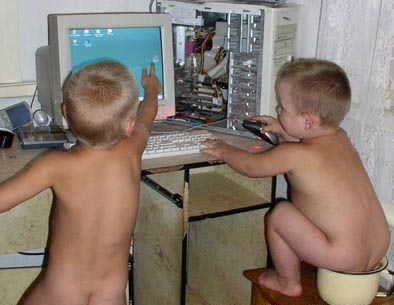 14-PCで遊ぶ子供