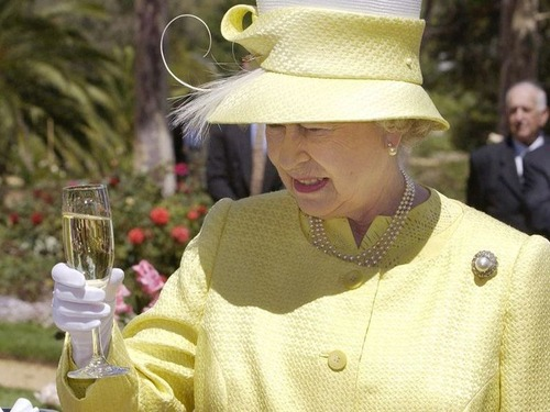 エリザベス女王は毎日アルコール4杯00