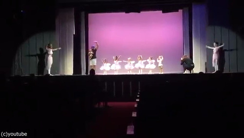 舞台で凍り付いてしまった娘のためにいっしょに踊ったパパ03