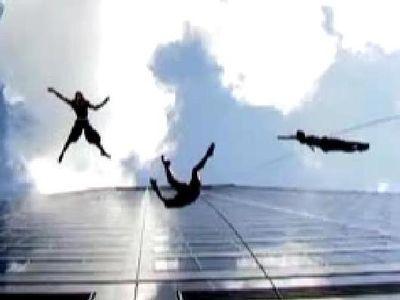 崖でぶら下がり華麗に飛び跳ねる集団02