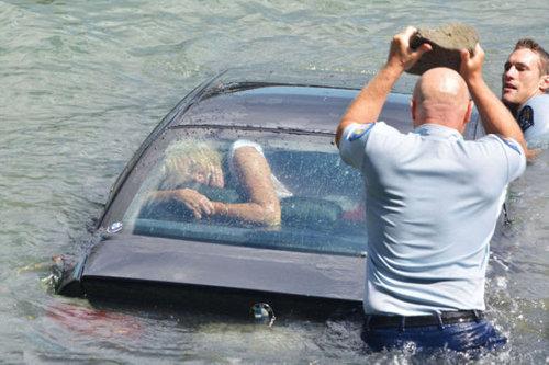 水没する女性の車を警官が助け出す02