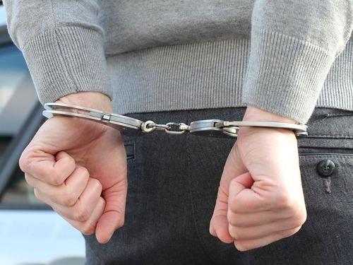 後ろ手に手錠かけられた男、パトカーを盗み逃走