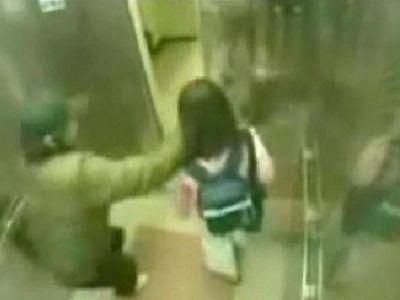 小柄な女性をエレベータで襲った男、ボコボコに逆襲される