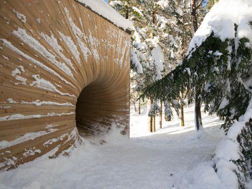 雪山にブラックホールのような入口00