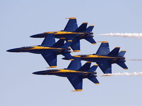 アクロバット飛行隊の飛行機同士の近さ00