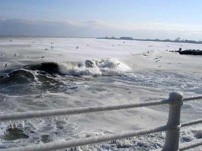 え、波って凍るんだ…04