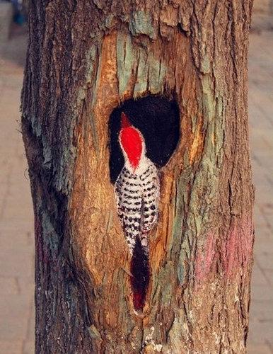 木の幹に絵を描くアート04