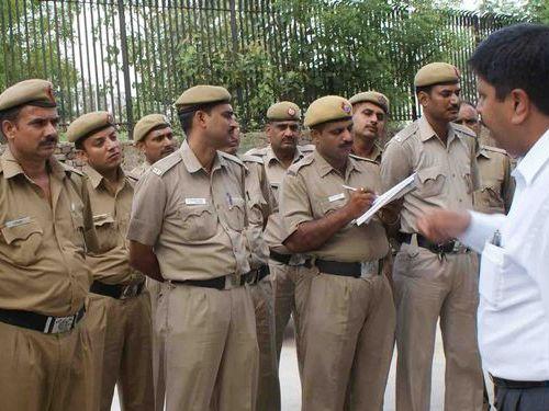 インドの売春宿を摘発したら警官だった01