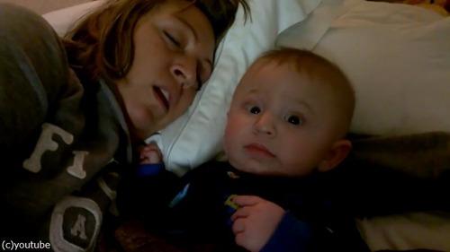 お母さんのいびきに赤ちゃんは…02