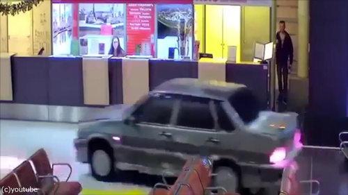 ロシアの空港に車が突入、警備員との追いかけっこ04