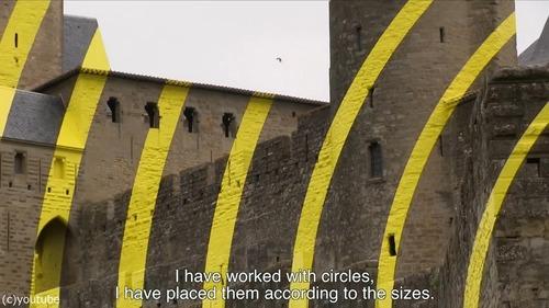 カルカソンヌ城塞都市に黄色のペイント02