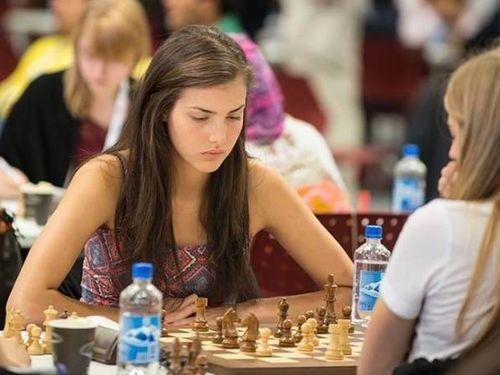 カナダの美人チェスチャンピオン00