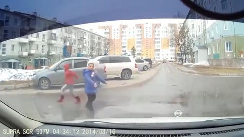 とある子どもたちが道路を渡る風景06