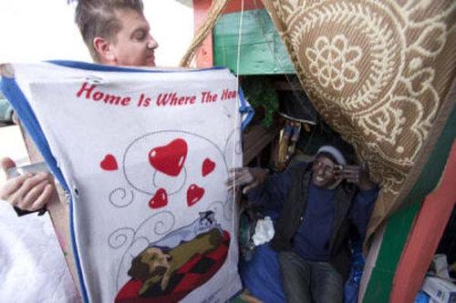 ホームレスを助けるアーティストの家01