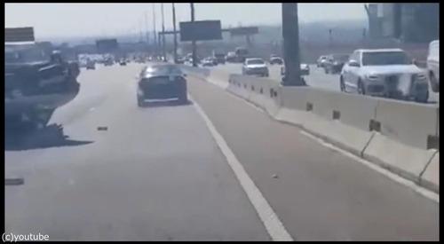 衝突事故を起こして逃げる車03