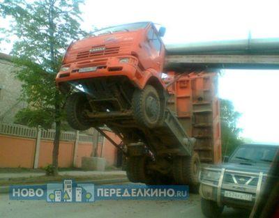 大型トラックがウイリー04