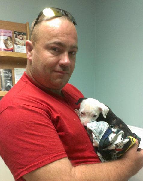 火災から救出された子犬、消防士に02