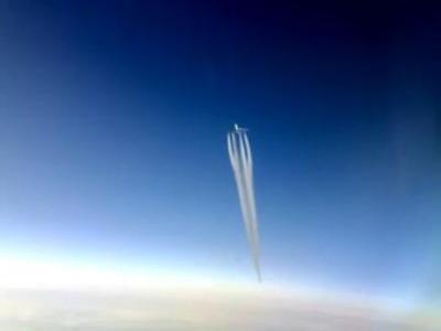 3機の飛行機と次々にすれ違うコックピットの光景