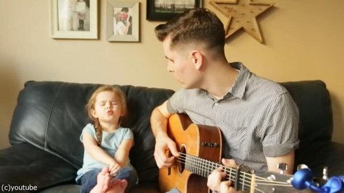 お父さんと歌う4歳の女の子03