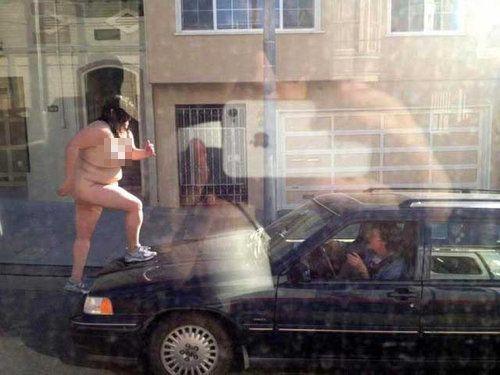 女性が裸で車を破壊02