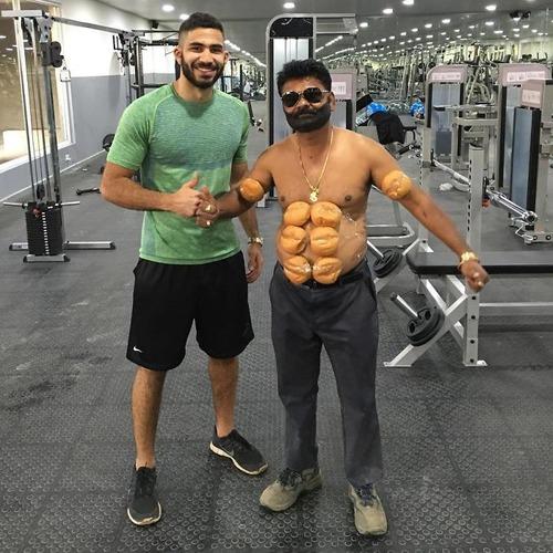 有名人を真似するインドの44歳04