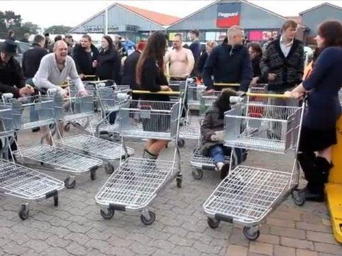 裸でビールをもらいにいくデンマーク人たち00