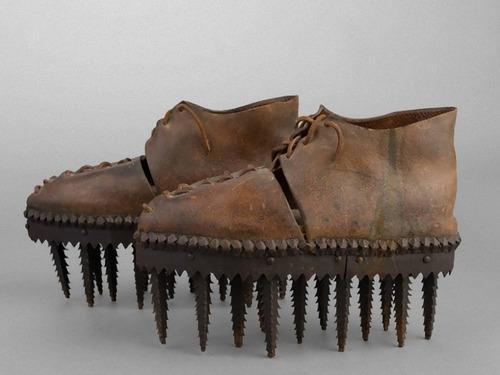 のこぎりのような歯の付いた靴00