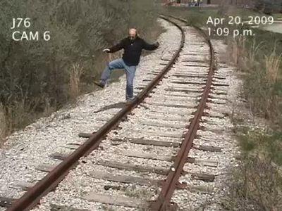線路のレールの上で遊んでいた男、想像を超えた形で列車と接触
