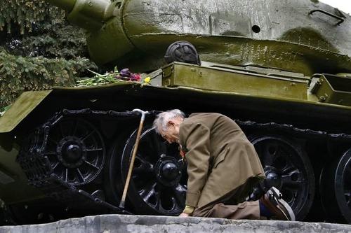 自分の乗っていた戦車が記念碑01