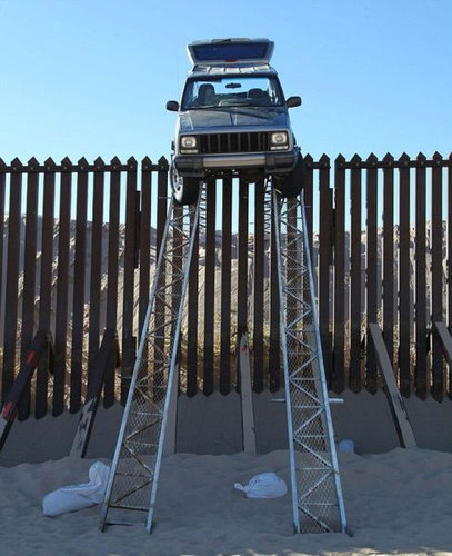 メキシコ国境のフェンスに車04