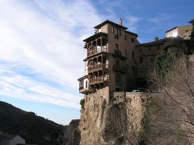 今にも落ちそうな断崖絶壁にある4つの町43