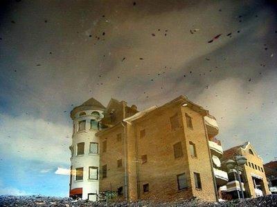 水たまりから見た建物06