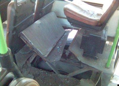 バスのタイヤが破裂04