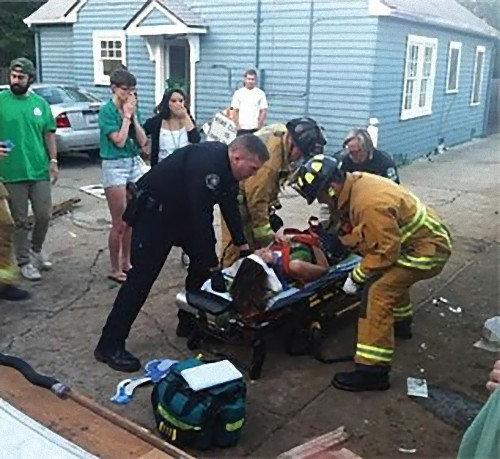 40人が屋根の上に乗って崩壊する07
