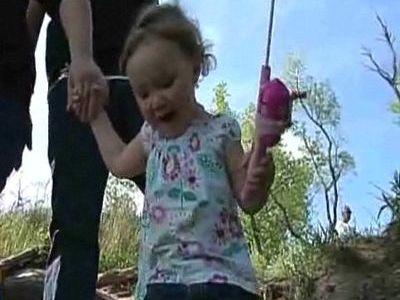 2歳幼女が大物釣り上げ00