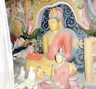仏像との写真が失礼だとフランス人旅行者逮捕02