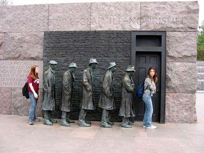 15.Men in a line(一列に並ぶ男たち)