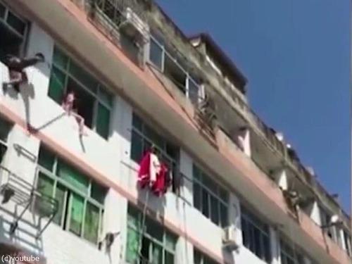 中国人女性が力技で自殺を阻止される01