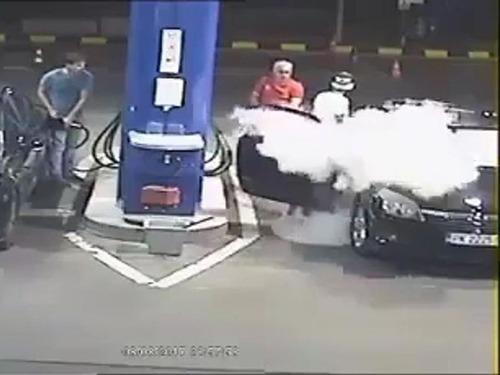 ガソリンスタンドでタバコを吸う客05