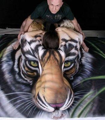 3人の女性のヌードによって描かれた虎のアート01