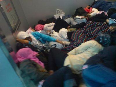 空港で眠りこける人々04