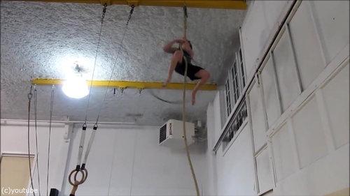 フラフープをしながらロープを登る04