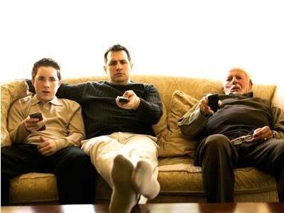 テレビ見る3人