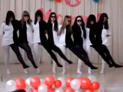 ロシアの女子学生たちのダンス00
