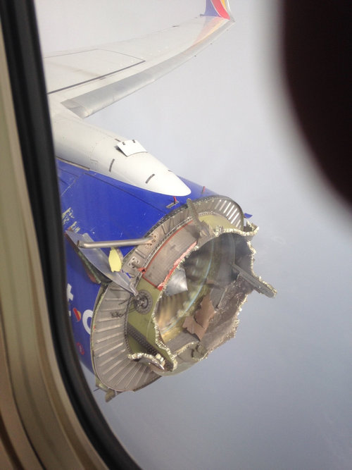 飛行機のメインエンジンが壊れた01