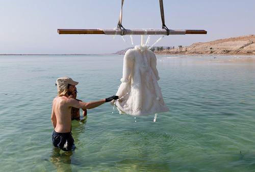 死海に2年間ドレスを沈めると→こんな姿に変身する01