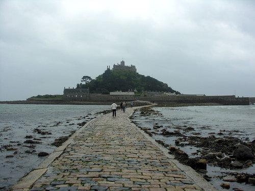干潮時にしか歩いて行けない城のバー02