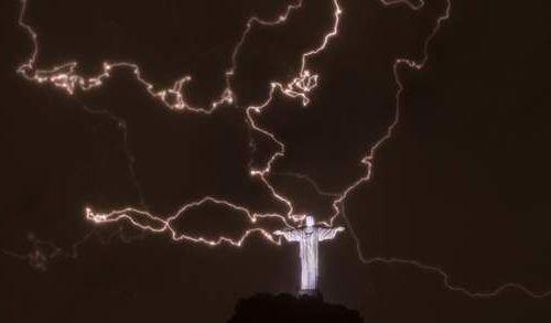 リオデジャネイロのキリスト像に落雷07