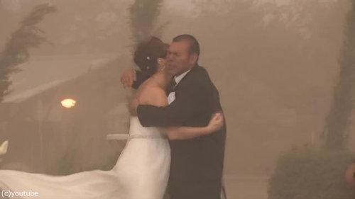 結婚式の愛の誓いのときに強烈な嵐11