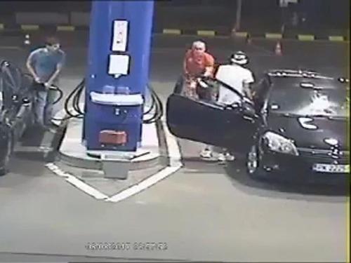 ガソリンスタンドでタバコを吸う客04
